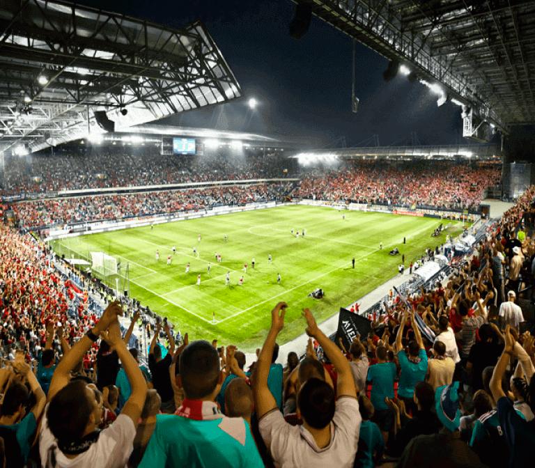 Aficionados animando un partido de futbol